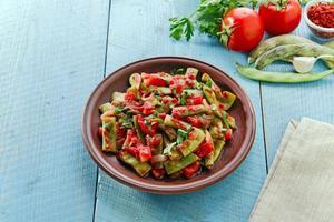 gröna bönor med tomater lobio foto