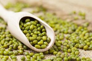 mung bönor hälsosam vegetarisk supermat ingrediens i sked foto