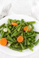 grönsaker på plattan foto