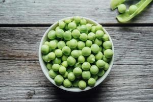 gröna ärtor i en skål foto