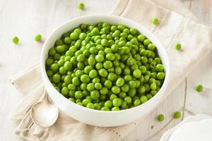 organiska ångade färska gröna ärtor