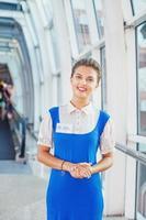 vacker ung flygvärdinna på flygplatsen. foto