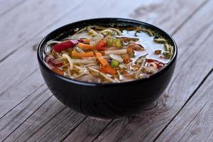 porslin soppa med nudlar och grönsaker foto