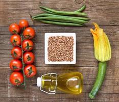 rå organisk bovete och grönsaker