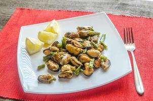 stekt musslor på den fyrkantiga plattan foto