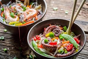 skaldjur och färska grönsaker med nudlar foto