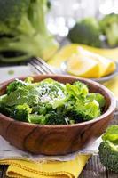 citronbroccoli med ärtor och mynta foto