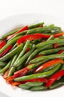 gröna bönor och rostade paprika foto