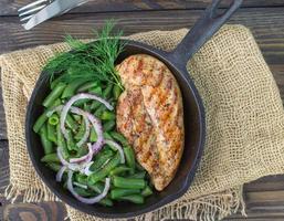 grillad kycklingbröst och gröna bönor foto