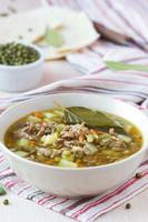 kött soppa med nötkött, mung gröna bönor, baljväxter, het indian foto