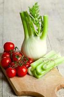 färsk organisk fänkål, selleri och tomater foto