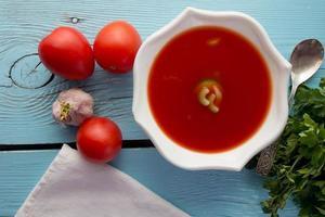 tomatgazpacho i vit maträtt foto