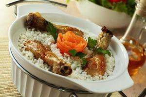 kokt ris tillsammans med en kyckling foto