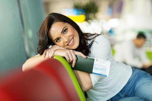 ung kvinna som väntar på flygplatsen foto