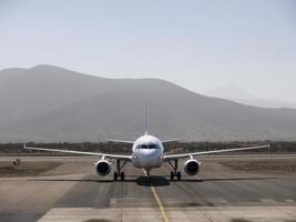 flygplan som anländer till flygplatsen foto