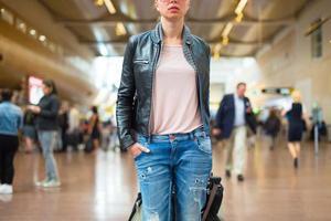 kvinnlig resenär promenader flygplats terminal.
