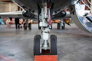 business jet-flygplan stannar i hangar ..