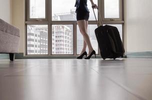 kvinna som anländer till den nya staden foto