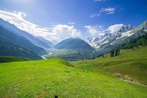 landskap berg och fält