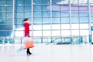 passagerare i höghastighetstågstationen. foto