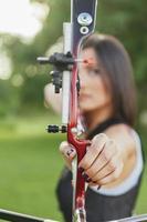 kvinnlig bågskytte foto