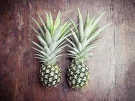 ananas på träbakgrund foto