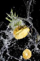 ananas med stänkande vatten foto