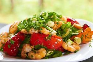 varm förrätt med grönsaker och räkor
