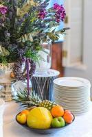 tallrik med frukt på ett festligt dekorerat bord foto