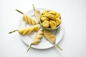 sammansättning av färsk tropisk frukt, ananas med jackfruit foto