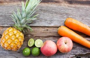 begreppet matbakgrund. olika frukter på trä bakgrund. foto