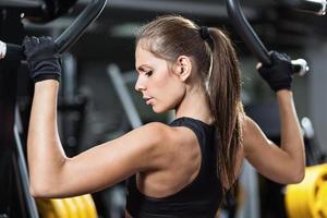 kvinna som tränar på viktlyftmaskin foto