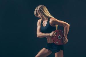 fitness kvinna gör viktträning genom att lyfta tunga vikter foto