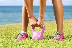 fitness - kettlebell gym kvinna foto