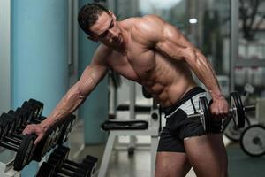 ung man gör övning för triceps foto