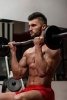 muskulös man som utövar biceps foto