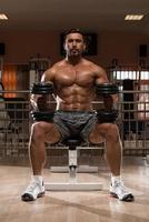 kroppsbyggare tränar axlar