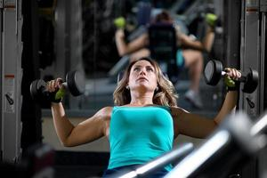 kvinna utbildning i gymmet