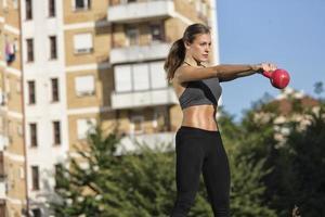 flicka som tränar med kettlebell foto