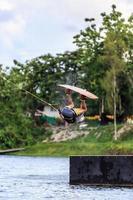 man wakeboarding. Hoppar foto