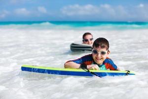 mor och son surfar foto