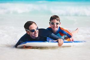 far och son surfar foto