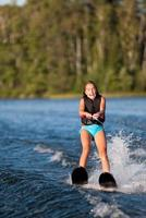vattenskidåkning tjej foto