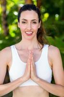leende kvinna som gör yoga foto