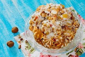 marängkaka med kondenserad mjölk, nötter och kanderad frukt. foto