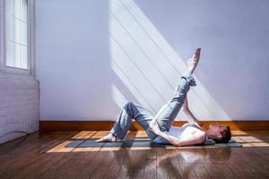 ung kvinna stretching foto