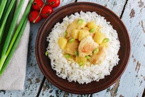 kycklingfilé med ananas och ris foto