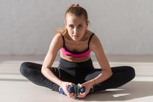 fitness idrottsman sportig kvinna sport modell tjej träning gym gör foto