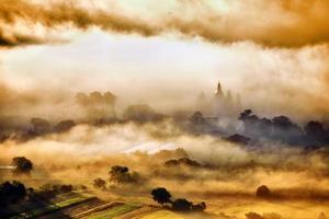 bergslandskap med tjocka moln foto