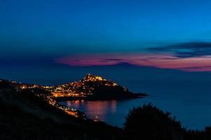 landskap av castelsardo på natten foto